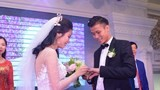 Trung vệ Quế Ngọc Hải lịch lãm trao nhẫn cưới cho cô dâu đẹp như hoa khôi