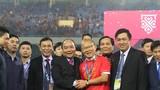 Thủ tướng, Chủ tịch Quốc hội xuống sân chúc mừng thầy trò HLV Park Hang-seo