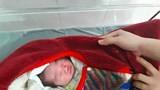 Bé gái sơ sinh bị bỏ rơi lúc sáng sớm gần Trung tâm y tế huyện