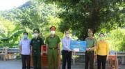 Công an tỉnh tặng quà phòng, chống dịch Covid-19 tại các huyện Tương Dương, Kỳ Sơn