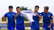 Cầu thủ Quảng Nam gây xúc động khi tri ân HLV Thành Công; HLV Văn Sỹ Sơn chia tay đội Bình Phước