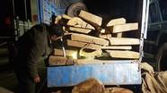 Công an rượt đuổi xe chở gỗ lậu trong đêm như phim hành động