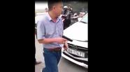 Húc văng xe máy, tài xế ôtô rút súng dọa bắn người
