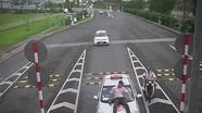 Nhân viên sân bay bị lái xe hãng taxi 123 hất bay lên nắp capo