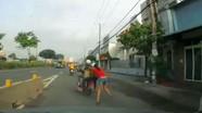 Hai tên cướp kéo lê cô gái hàng trăm mét trên đường