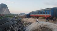 Tàu hỏa va chạm ô tô, 8 toa bị lật, hơn 10 người thương vong