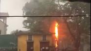 Sét đánh cháy trạm biến áp trong mưa lớn ở thành phố Vinh