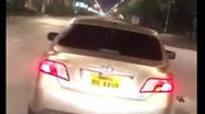 Truy tìm xe Camry kéo lê xe máy sau khi va chạm trên đường phố ở TP. Vinh