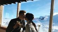 C. Ronaldo vừa uống café, vừa hôn bạn gái trên núi tuyết
