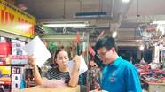 Đoàn viên BHXH tỉnh ra tận chợ tuyên truyền chính sách cho tiểu thương