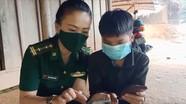 Bộ đội biên phòng Nghệ An vào bản sâu hướng dẫn các em học trực tuyến