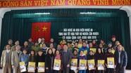 Báo Nghệ An và Bưu điện tỉnh tặng quà Tết cho người nghèo xã Quỳnh Nghĩa