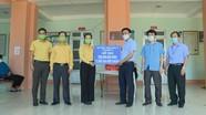 Chủ tịch UBMTTQ tỉnh thăm hỏi, tặng quà lực lượng phòng, chống dịch tại Diễn Châu