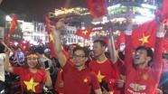Phó Thủ tướng Vũ Đức Đam xuống đường mừng U23 Việt Nam chiến thắng