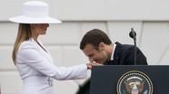 """Suit và nón trắng: Đệ nhất phu nhân Mỹ """"gây bão"""" truyền thông"""
