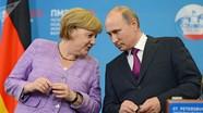 """Bà Merkel bị buộc tội """"phản bội"""" vì…mỉm cười với Putin"""
