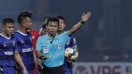 Tại sao trọng tài FIFA ở Việt Nam 'bẻ còi' ngoạn mục như vậy?