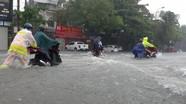 Cảnh sát dầm mình giúp dân lưu thông giữa mênh mông nước ở Nghệ An