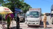 Nhiều phương tiện được phép qua chốt kiểm soát để ra vào TP. Vinh