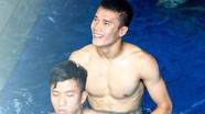 Phạm Xuân Mạnh và thủ môn Tiến Dũng đọ cơ bắp trong bể nước đá