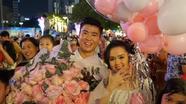 Duy Mạnh cầu hôn Quỳnh Anh ngay giữa phố đi bộ trong ngày Tết Dương lịch