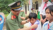 Công an Nghệ An tặng quà học sinh nghèo ở huyện Kỳ Sơn