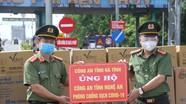Công an Hà Tĩnh tặng quà ủng hộ Công an Nghệ An phòng, chống dịch Covid-19