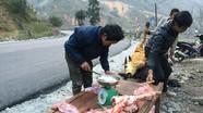 Người dân xót xa nhìn trâu chết rét, xẻ thịt bán dọc quốc lộ