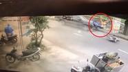 Sang đường không quan sát, xe máy bị ôtô tông bay hàng chục mét