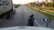 Hai nam thanh niên đầu trần, chạy xe máy thách thức tài xế ôtô