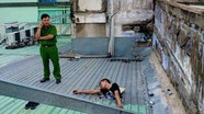 Hy hữu trộm mắc kẹt trên mái nhà chờ công an giải cứu