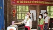 Bà con Khơ mú ở 'ốc đảo' Hữu Khuông chộn rộn ngày bầu cử sớm