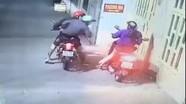 Camera ghi hình người phụ nữ bị cướp tấn công