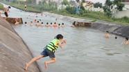 Bất chấp nguy hiểm, người dân vẫn chen chúc tắm kênh đào ở Yên Thành
