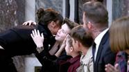 Harper nắm tay bố dự đêm thời trang của Victoria Beckham