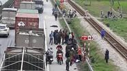 Xe tải đâm đoàn thắp hương nghĩa trang, 8 người tử vong