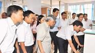 Đồng chí Lê Khả Phiêu đến thăm Báo Nghệ An