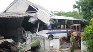 Xe khách đâm sập nhà dân, 3 người bị thương nặng