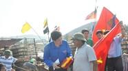 Tặng cờ Tổ quốc cho ngư dân ra khơi