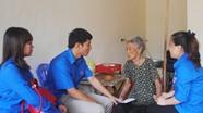 Chi đoàn TN Báo Nghệ An tặng quà Bà mẹ VNAH