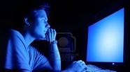 Ánh sáng xanh từ điện thoại, tivi gây hại như thế nào