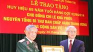Trao Huy hiệu 65 năm tuổi Đảng tặng đồng chí Lê Khả Phiêu