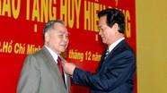 Trao tặng Huy hiệu 55 năm tuổi Đảng cho nguyên Thủ tướng Phan Văn Khải