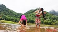 Phụ nữ Thái trên dòng Cắm Muộn