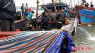 Trục vớt tàu cá bị chìm trên vùng biển Quỳnh Lưu