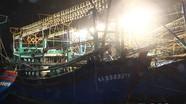 Hàng trăm người dân Nghệ An chữa cháy tàu cá bạc tỷ
