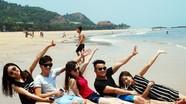 Biển Bãi Lữ hút khách trong dịp nghỉ lễ
