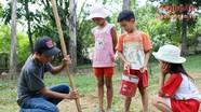 Đào dế - thú vui ngày hè của trẻ nông thôn