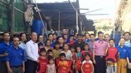 Đoàn khối CCQ tỉnh trao quà cho người dân xóm vạn chài