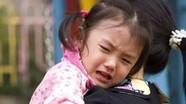 Mẹ nên làm gì để con đỡ khóc trong những ngày đầu đi nhà trẻ?